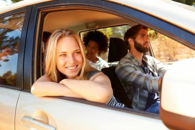 Junge Fahrer beim Autofahren